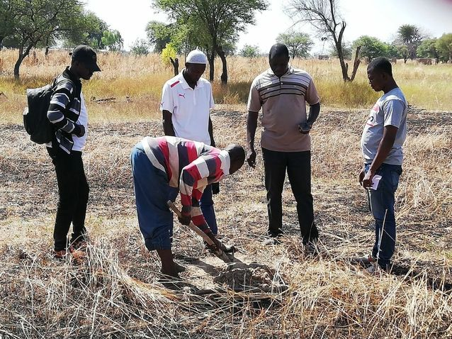 Etudiants de l'Institut 2IE effectuant des prélèvements de terre